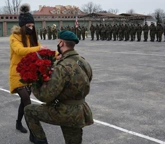 Piękna chwila! Poprosił o rękę podczas przysięgi wojskowej w Sulechowie!