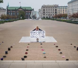 Dziesiątki par butów ułożono na placu Wolności w Poznaniu