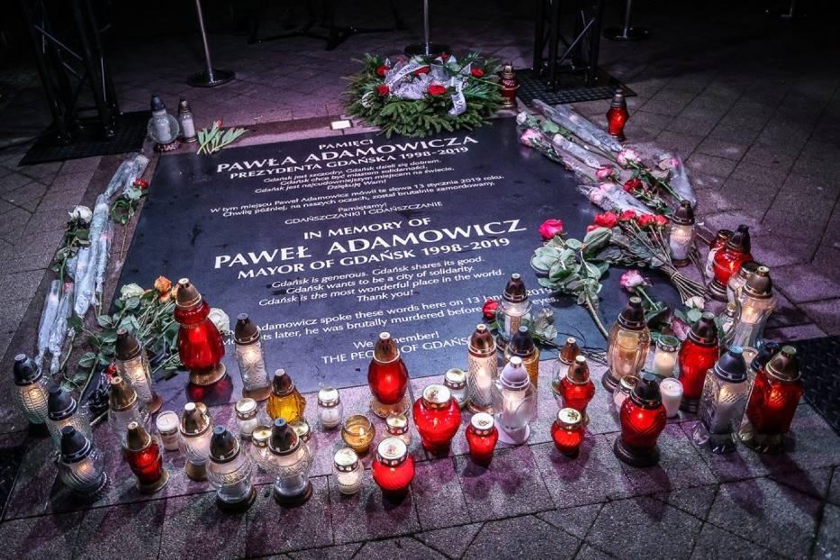 Mieszkańcy, samorządowcy i politycy oddali hołd zamordowanemu prezydentowi Gdańska Pawłowi Adamowiczowi w drugą rocznicę jego śmierci