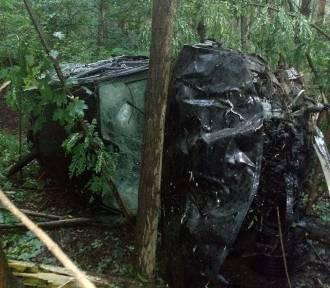 Kompletnie pijany kierowca rozbił samochód o drzewa!