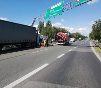 Groźny wypadek na S1 w Dąbrowie Górniczej. Ciężarówka zderzyła się z osobówką