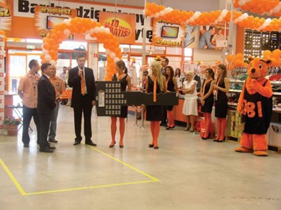 Otwarciu towarzyszyło przekazanie symbolicznego klucza dyrektorowi Pawłowi Fitaczowi (z lewej)