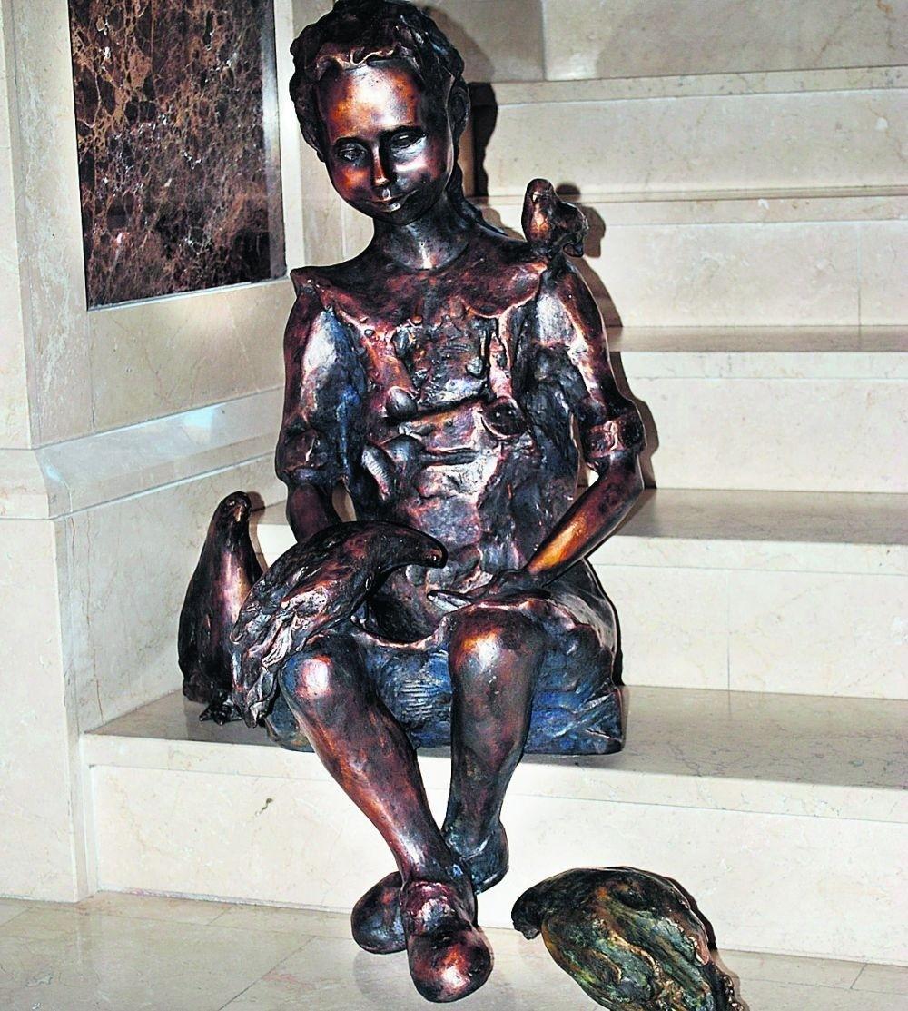 Rzeźba dziewczynki karmiącej gołębie jest już w głogowskim ratuszu
