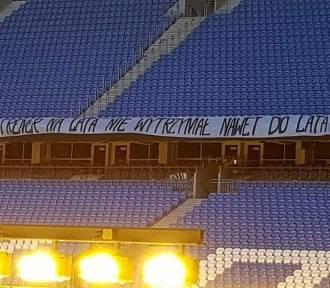 Kibice Lecha Poznań wywiesili na stadionie wymowny transparent