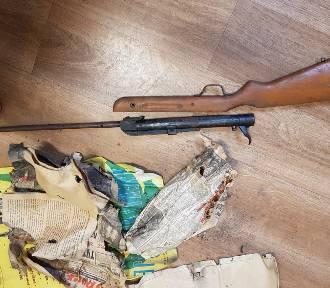 Nowy Dwór Gdański. Pracownicy ŻOK-u natrafili w budynku na starą strzelbę. To nie jedyne znalezisko...