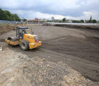 """Trwa budowa centrum przesiadkowego """"Sądowa"""". Widać konstrukcję dworca autobusowego ZDJĘCIA"""