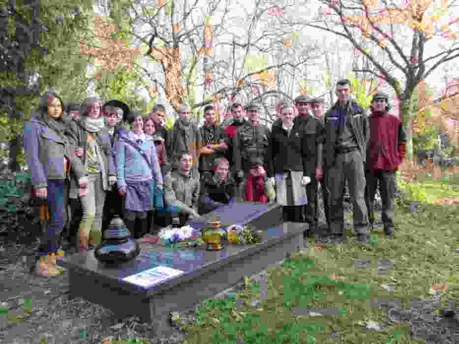 Młodzi ludzie przy grobie jednego z żołnierzy