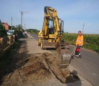 Rozpoczęto prace nad nowym chodnikiem i drogą w Bogdanowie