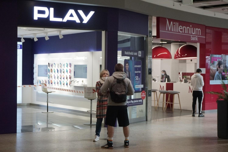 W salonie Plusa w Galerii Łódzkiej wejście odgrodzono taśmą i w ten sposób obsługiwano klientów