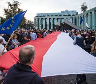 Protest pod Sądem Najwyższym. Demonstranci na Pl. Krasickich