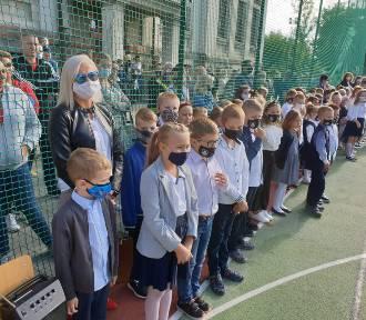 Na boisku i w maseczkach - inauguracja roku szkolnego w kartuskiej Jedynce