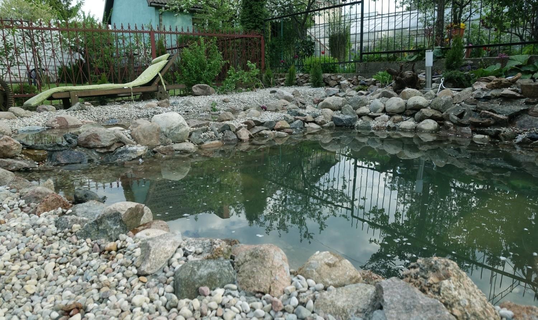 Oczko wodne urozmaica architekturę ogrodu i jest jego ozdobą