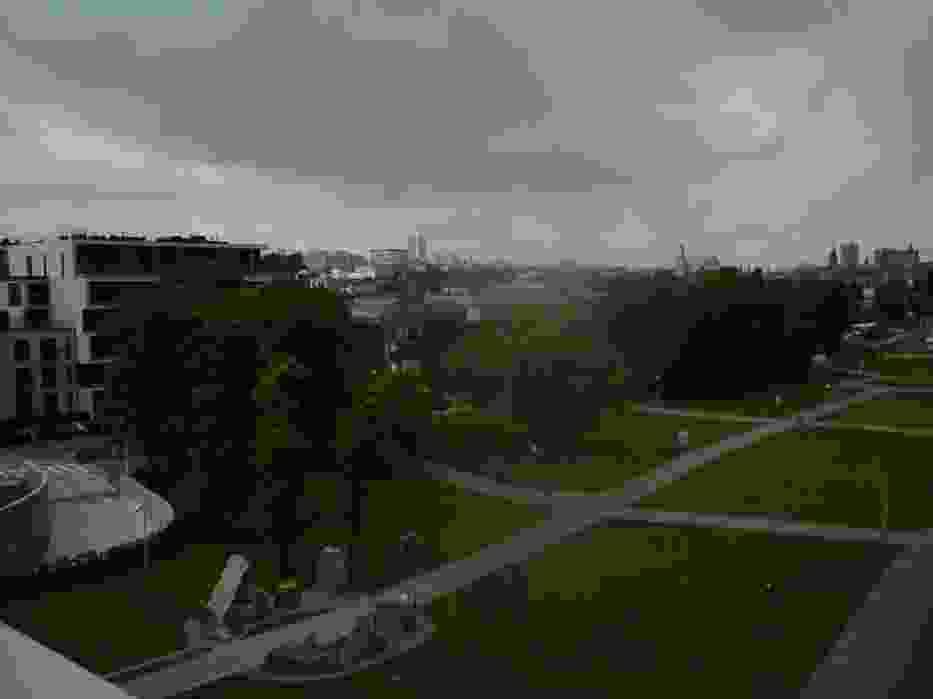 Widok na Bibliotekę Uniwersytecką i kamienny krąg