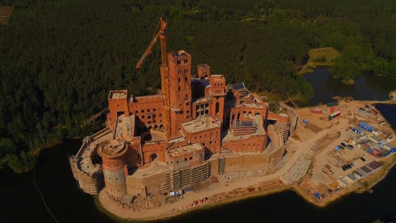 Potężny zamek już góruje nad wsią Stobnica