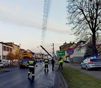 Kierowca ciężarówki uderzył w słup energetyczny i uciekł!
