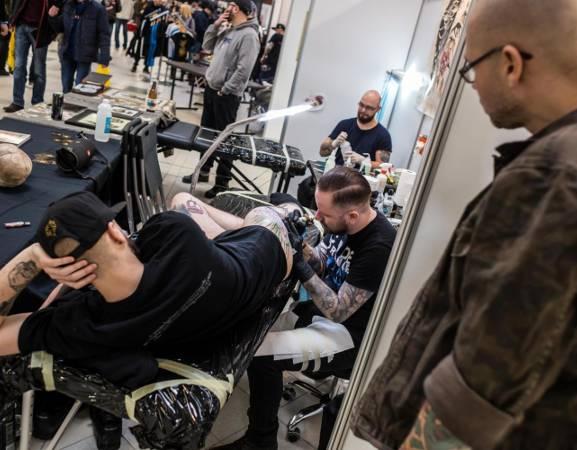 Pokazy, spotkania, konkursy z nagrodami, wybory miss, koncerty - to tylko kilka z wielu atrakcji, jakie dla miłośników tatuażu przygotowali organizatorzy Warsaw Tattoo Days 2020.  Tattoo Days to drzwi do magicznego świata sztuki tatuażu, to możliwość obserwacji warsztatu najbardziej utalentowanych artystów, to również największy salon tatuażu w Polsce!  Wydarzenie będzie okazją do spotkania z 427 najlepszymi artystami z Polski, Europy i całego świata, którzy w trakcie wydarzenia będą nie tylko pokazywać swoje prace, ale również wykonywać tatuaże.  Wstęp na imprezę jest biletowany. Bilety można kupić wcześniej przez internet lub na miejscu w dniu imprezy. Do wyboru mamy kilka rodzajów wejściówek. Dostępne są bilety jednodniowe, dwudniowe, rodzinne oraz bilety VIP. Ceny zaczynają się od 39 zł.  Warsaw Tattoo Days 2020 odbędzie się w dniach 29.02-1.03 w Międzynarodowym Centrum Targowo-Kongresowym EXPO XXI w Warszawie. Impreza rozpocznie się o godz. 10.00 i potrwa w sobotę do godz. 23.00, a w niedzielę do 20.30.