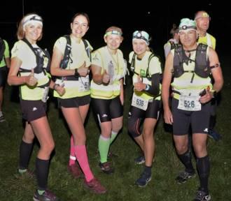 Zawodnicy już na trasie ultramaratonu. Ależ oni są mocni! Przed nimi 103 km!