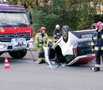 Wypadek w Gdyni na Dąbrowie. Samochód dachował [ZDJĘCIA]