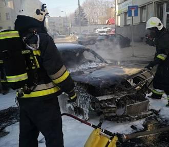 Z audi zostały zgliszcza. Samochód spłonął na Dębowej.  ZDJĘCIA
