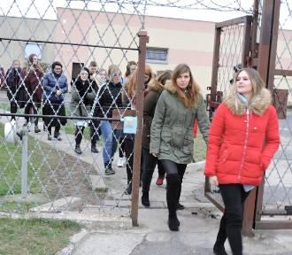 Studenci i uczniowie podstawówki zapoznali się z pracą w Zakładzie Karnym w Łowiczu [ZDJĘCIA]