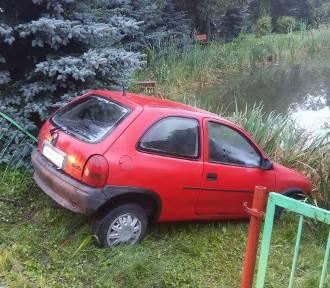 Michorzewo: Auto wjechało do stawu [ZDJĘCIA]