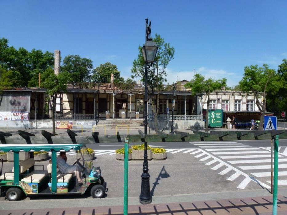 Obiekt zaprojektowany przez budowniczego włocławskiego Franciszka Tournelle'a usytuowano na terenie Parku Zdrojowego