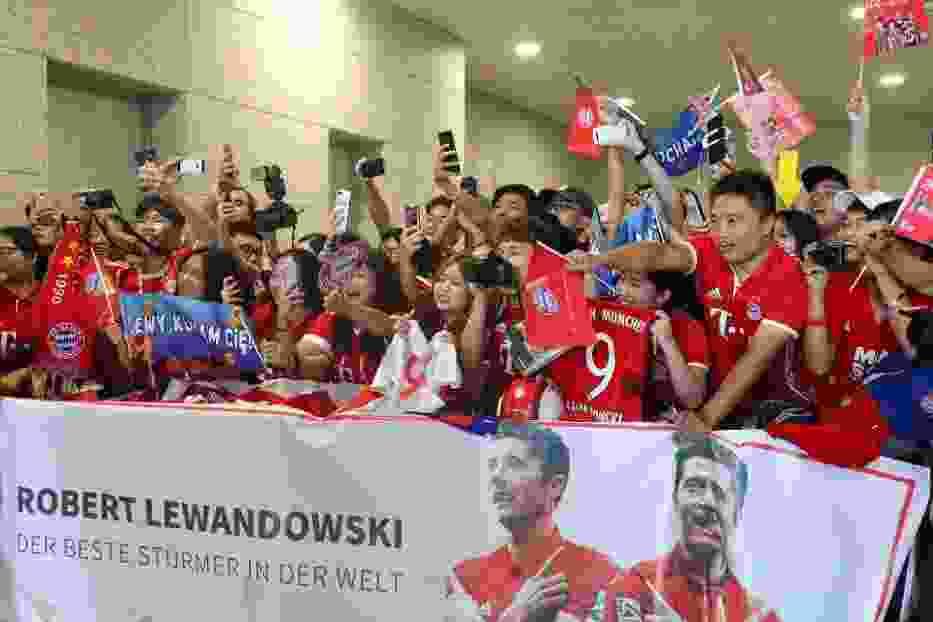 Robert Lewandowski witany przez tłumy kibiców… w Chinach. Wyjątkowe powitanie piłkarza