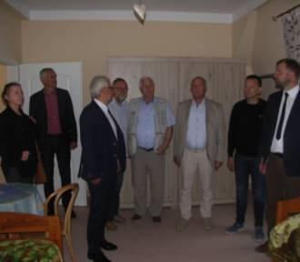 Radni powiatowi zwiedzili wyremontowane skrzydło budynku DPS w Baszkowie [ZDJĘCIA]
