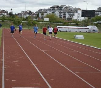 Młodzi lekkoatleci wznawiają treningi, przygotowania do licznych zawodów biegowych w pełni