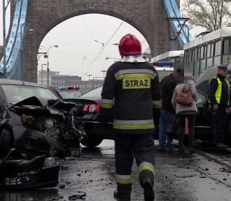 Na moście Grunwaldzkim zderzyły się dwa auta i tramwaj