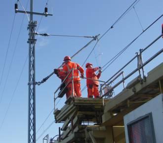 Ekipy budowlane i inżynieryjne podwieszają kable trakcyjne pod Cieszkowem [FOTO]