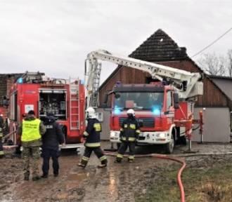 Pożar domu w Starym Jarosławiu gasiło 9 zastępów strażackich [ZDJĘCIA]