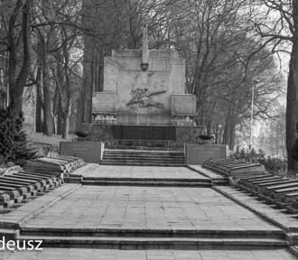 Mauzoleum żołnierzy radzieckich w Stargardzie. Czołg, kolumna i medalion Stalina