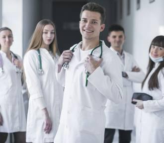 Ile zarabia lekarz? Porównaj zarobki wg stażu i miejca pracy