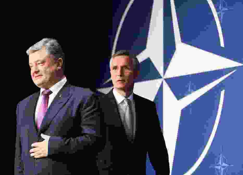 Prezydent Ukrainy Petro Poroszenko i sekretarz generalny NATO Jens Stoltenberg podczas szczytu Sojuszu w Warszawie