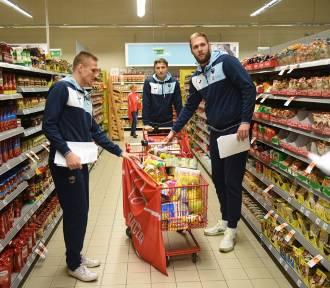 Toruńscy koszykarze wrzucają prezenty do Szlachetnej Paczki [ZDJĘCIA]