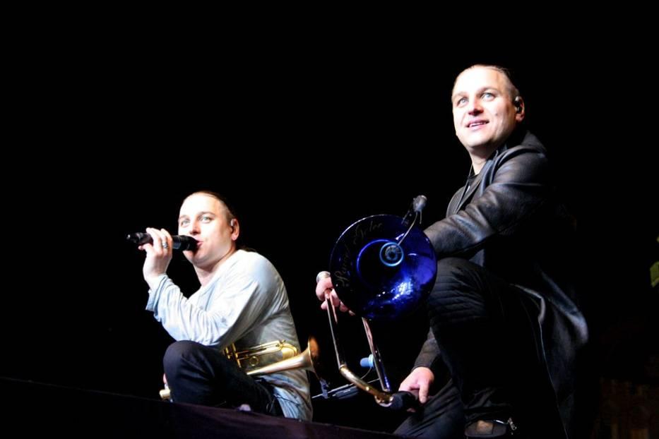 Łukasz i Paweł Golcowie pozują do wspólnego zdjęcia z publicznością