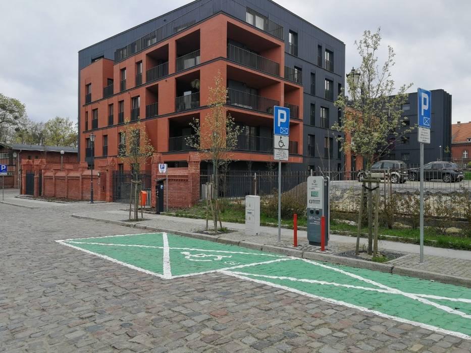 Liczba samochodów elektrycznych w całej Polsce, również w Toruniu, systematycznie wzrasta, miasto inwestuje więc w stacje ładowania aut elektrycznych