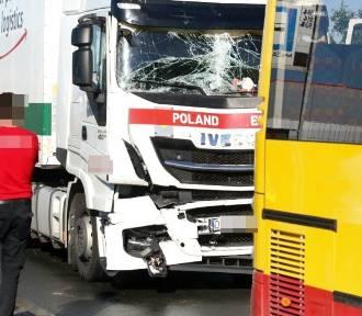Ciężarówka uderzyła w podmiejski autobus. Trzy osoby ranne