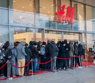 Bitwa o ciuchy Kenzo dla H&M. Stali ponad 10 godzin w kolejce po ubrania. Było warto? [WIDEO]