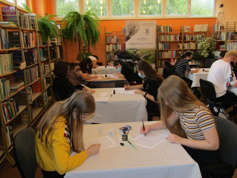 Warsztaty kaligrafii w pińczowskiej bibliotece. To był niesamowity powrót do przeszłości z Adolfem Dygasińskim w tle (ZDJĘCIA)