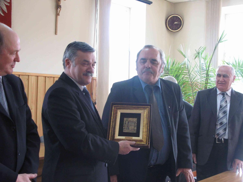 Starosta sandomierski (po prawej) dziękuje staroście tatrzańskiemu za okazałą po powodzi pomoc