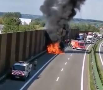 Pożar BMW na A4 w Balicach. Na autostradzie zrobił się wielki korek