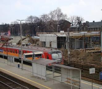 Wielki plac budowy na stacji kolejowej w Oświęcimiu