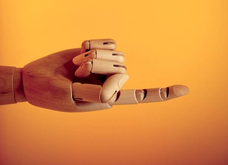 PRZYWOŁANIE PALCEMW naszej kulturze wyciągnięcie w czyimś kierunku palca i zgięcie go jest gestem przywołania, który można zastosować wobec bliskich osób