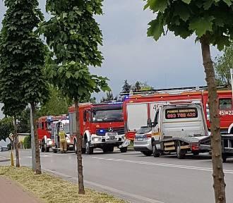 Zderzenie i dachowanie w Grójcu. Dwoje kierowców w szpitalach