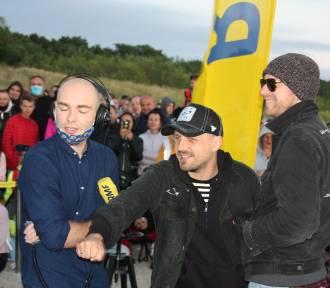 Świt w Jastarni: plażowy koncert Pawła Domagały. Tłumy fanów czekały