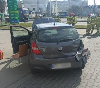 Kalisz: Ciężarówka omal nie staranowała osobówki. ZDJĘCIA