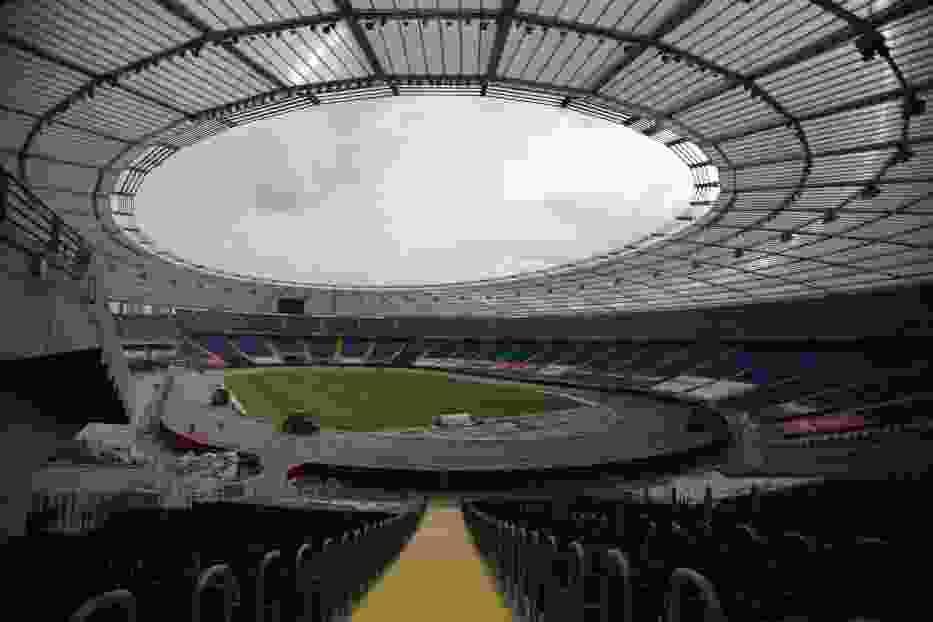 Przygotowanie toru żużlowego na Stadionie Śląskim