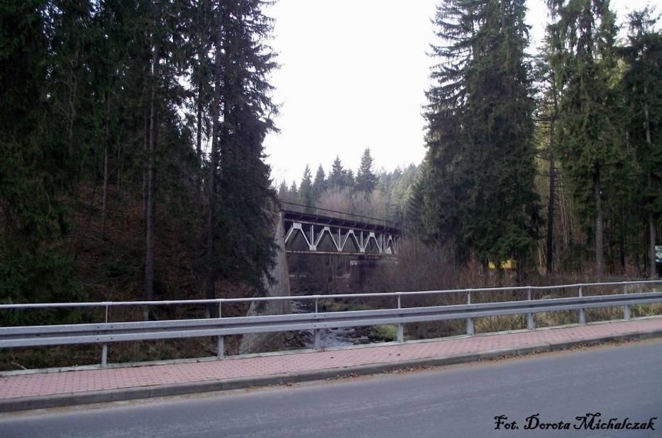 Podróżując z Polanicy Zdrój do Kudowy Zdrój, spotykamy wiadukt kolejowy